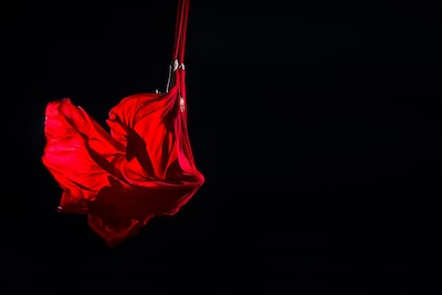 jose-mercado-sony-alpha-99-lady-artfully-suspended-in-red-sheet