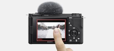 Uma imagem em que uma pessoa toca no ecrã LCD para ativar o Seguimento em tempo real