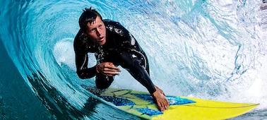 Imagem de surfista com detalhe de onda sem desfocagem