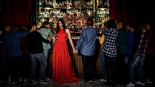 jose-mercado-sony-alpha-7RII-lady-in-red-standing-at-pub-counter-with-friends