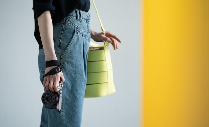 Imagem de uma pessoa em pé a segurar na câmara