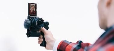 Imagem situacional de uma pessoa a gravar um vídeo na vertical
