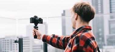 Imagem de uma pessoa a gravar em locais ventosos
